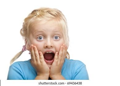 Junge blonde Mädchen sieht schockiert auf die Kamera. Einzeln auf weißem Hintergrund.