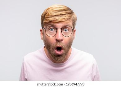 joven rubio sorprendido o sorprendido