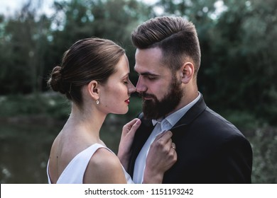 A young bride took her shirt collar with her husband for a walk in the park