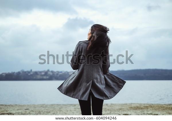 Junge brunette Frau im Freien im Park