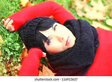 Young brunette woman relaxing in the autumn park