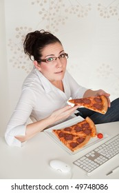Young buisness woman eating pizza