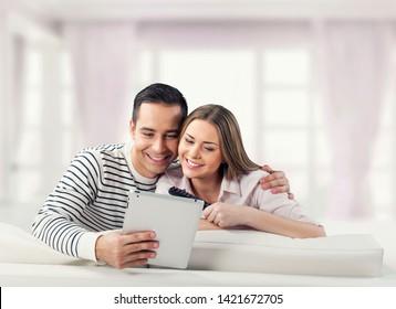 b0386afc014c Imágenes, fotos de stock y vectores sobre Chicas Comprando ...