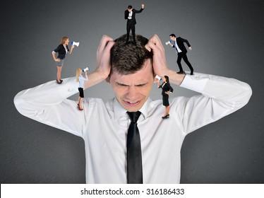 Kopfschmerzen des jungen Geschäftsmannes