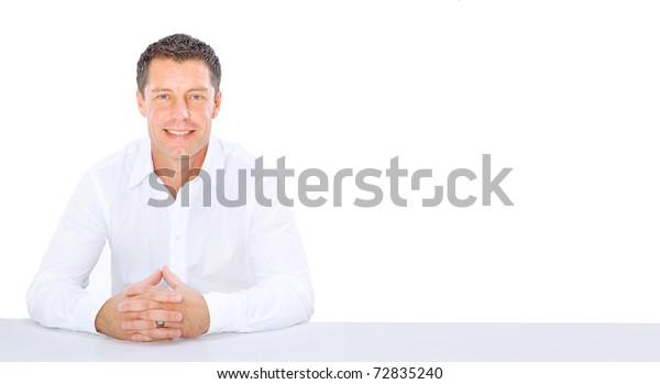 junger Geschäftsmann auf einem Schreibtisch einzeln auf Weiß