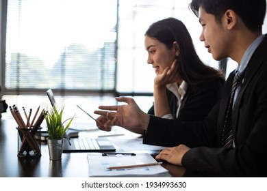 Young business people Are working together to analyze the current business in which direction to find profit in the business that started to invest.