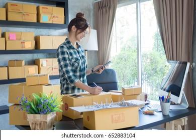 自宅でオンラインショッピングをしている若いビジネスマン