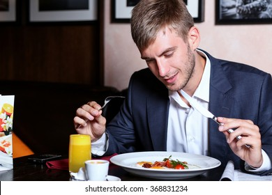 Young businessman having lunch in a restaurant