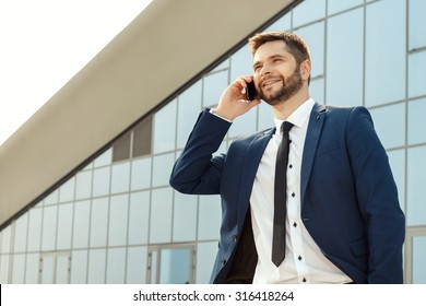 Young businessman talking on his cellphone outdoors