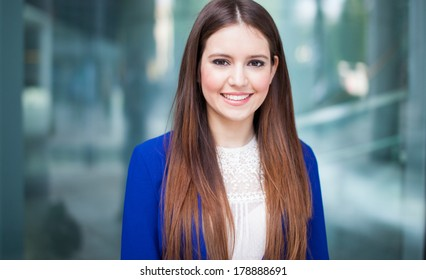 Young businesswoman outdoor in a modern city