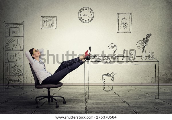 junge Geschäftsfrau, die sich entspannt im Büro sitzt