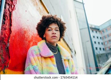 Junge Vertraute für eine Frau, die eine Kamera aussieht - Portrait ernsthaft verschiedene Frau im Freien