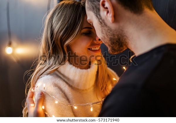 黒い背景に恋の若い夫婦が抱き合う