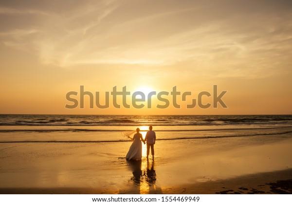 Springen Im Sonnenuntergang Am Strand, Tropische Hintergründe Lizenzfrei  Nutzbare Vektorgrafiken, Clip Arts, Illustrationen. Image 15082875.