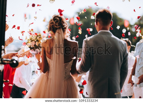 恋をしている若い夫婦。結婚式の写真。恋をしている夫婦の花びら