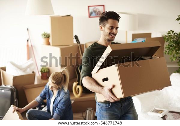 jong paar verhuizen in naar huis