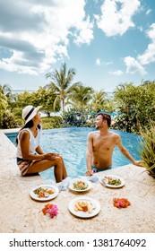 pareja joven de vacaciones en la isla caribeña Santa Lucía, hombres y mujeres en vacaciones de lujo en la piscina