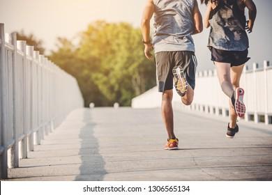 Jungpärchenläufer auf Laufstraße im Stadtpark