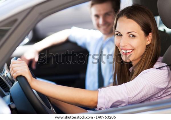 Junge Pärchen im Auto