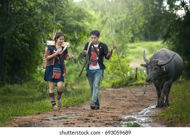 Young couples wearing tribal dress are doing daily activities.