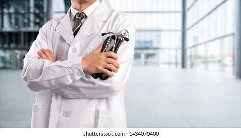 junger Arzt auf Krankenhaushintergrund