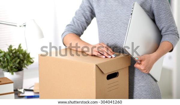 会社の若い従業員は引っ越しの準備ができている