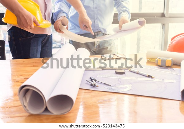 Junge Ingenieure, die im Büro arbeiten