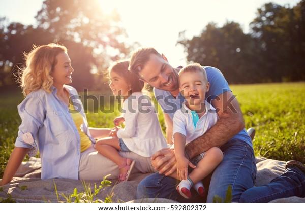 Junge Familie mit Kindern, die sich in der Natur amüsieren