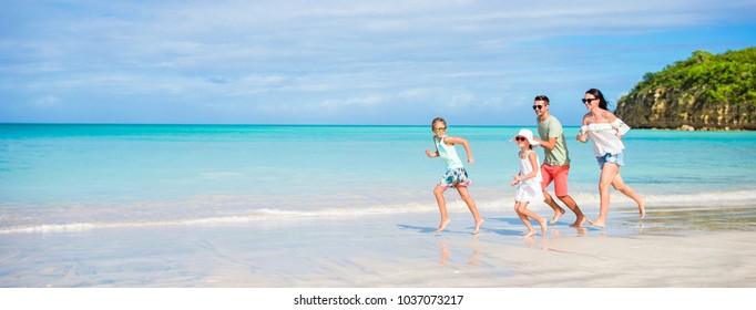Giovane famiglia in vacanza hanno un sacco di divertimento
