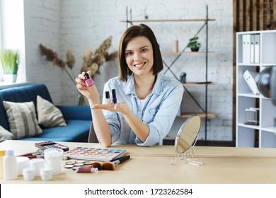 Junge Bloggerin, die ein Tutorial-Video für ihre Beauty-Blog über Kosmetik aufnimmt.Vlogger testet Nagellack und sendet Live-Video an das soziale Netzwerk zu Hause.Blogging, videoblog, Make-up-Konzept.