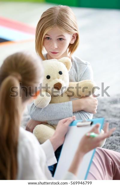 Junge Psychologin, die mit Teenagermädchen arbeitet