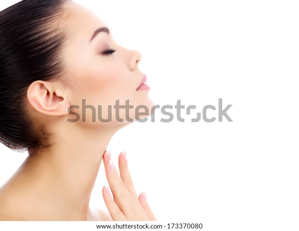 Junge Frau berührt ihren Hals, weißen Hintergrund, Kopienraum