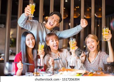 jeunes amis s'amusant au restaurant hot pot