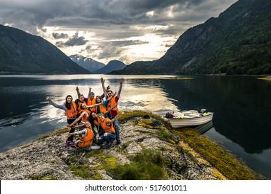 Junge Freunde, die sich auf dem Picknick auf der Insel Norwegen amüsieren
