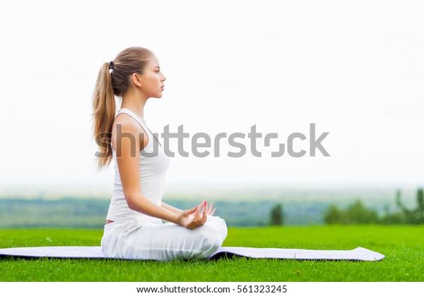 屋外でヨガをしている若い女の子