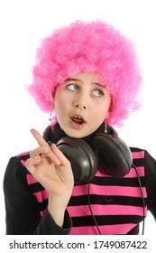 Jeune fille avec casque et cheveux roses pour écouter de la musique, isolée sur fond blanc