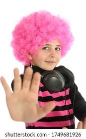 Jeune fille avec casque et cheveux roses pour écouter de la musique, montrer sa main et dire STOP