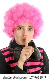 Jeune fille avec casque et cheveux roses pour écouter de la musique