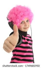 Jeune fille avec casque et cheveux roses pour écouter de la musique dire OK, isolée sur fond blanc