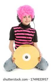 Jeune fille avec grand CD et cheveux roses, musique à l'écoute, isolée sur fond blanc