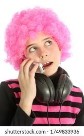 Jeune fille écoutant de la musique et du téléphone avec téléphone vintage, sur fond blanc