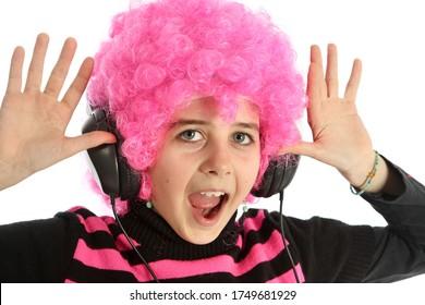 Jeune fille écoutant de la musique et montrant ses mains, isolée sur fond blanc