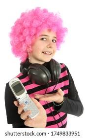 Jeune fille avec des cheveux roses et des écouteurs montre son téléphone portable, isolée sur fond blanc