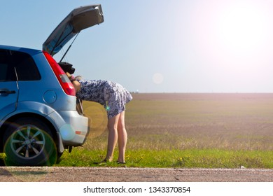 a young girl traveling by car stopped on the sidelines to change the wheel.