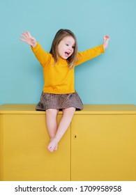 Ein junges Mädchen mit gelbem Hemd