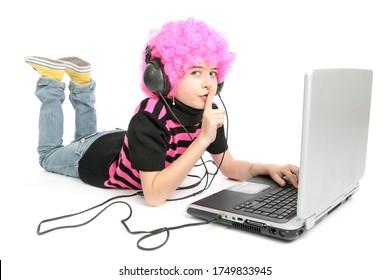 Jeune fille écrit sur un ordinateur portable, dit ne pas parler, isolée sur fond blanc