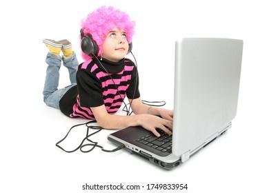 Jeune fille écrit sur un ordinateur portable écoutant de la musique, isolée sur fond blanc
