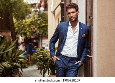 Junge, gut aussehende Männer in klassischem Anzug mit kontrolliertem Muster