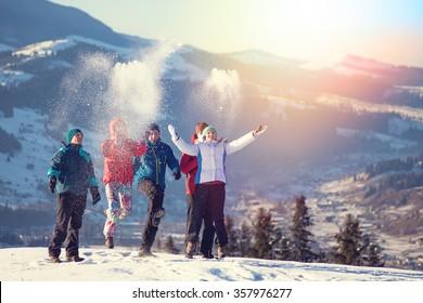 Junge glückliche Freunde, die sich im Winter amüsieren