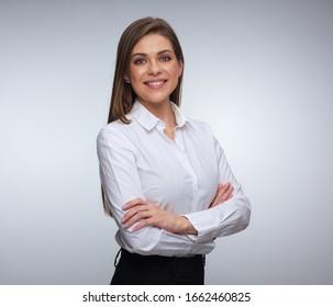 Jeune femme heureuse posant les bras croisés. portrait de femme isolé.